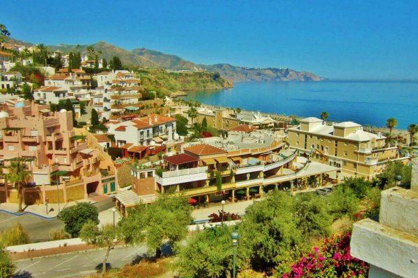 solservice - stadsbild med havet och klippor som bakgrund